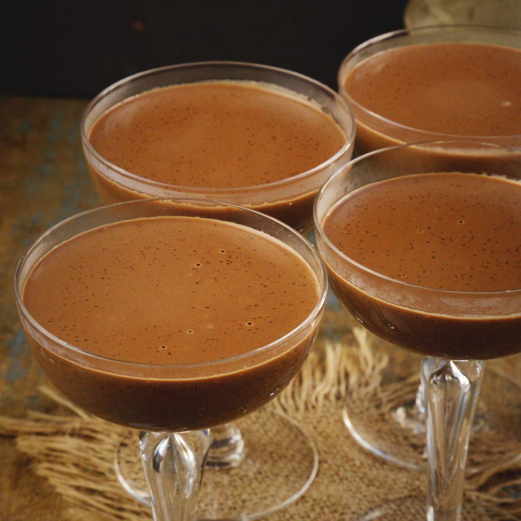 Kohlenhydratarmes Schokoladenpudding-Rezept - in Servierschalen