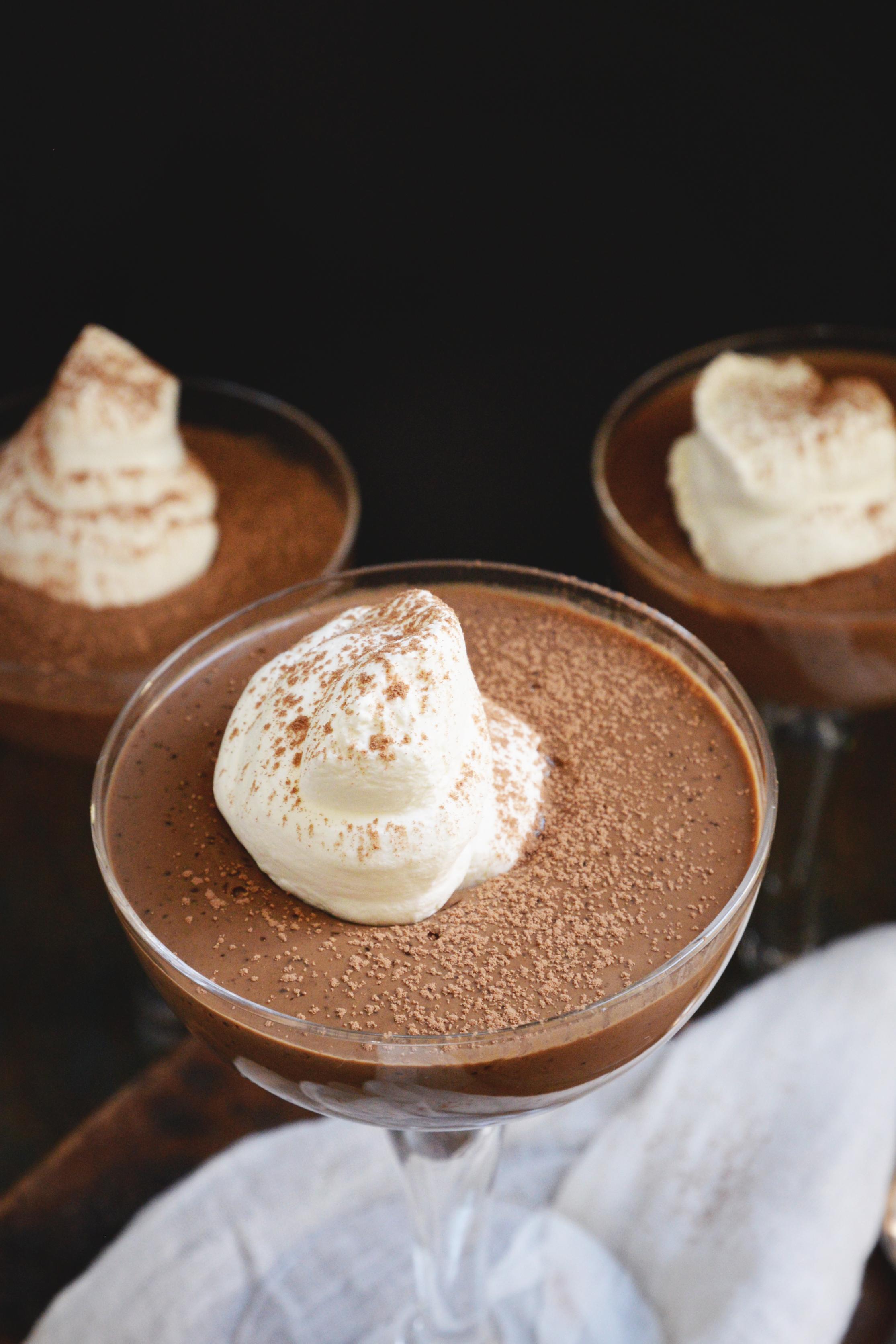 Kohlenhydratarmer Schokoladenpudding Rezept - Ansicht des garnierten Puddings von oben