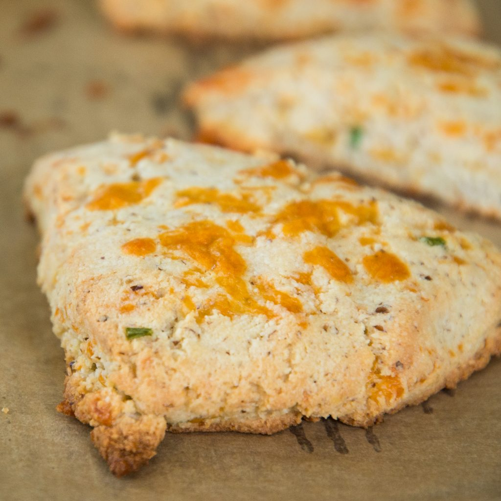Low-Carb Cheddar Biscuits -recipe final photo