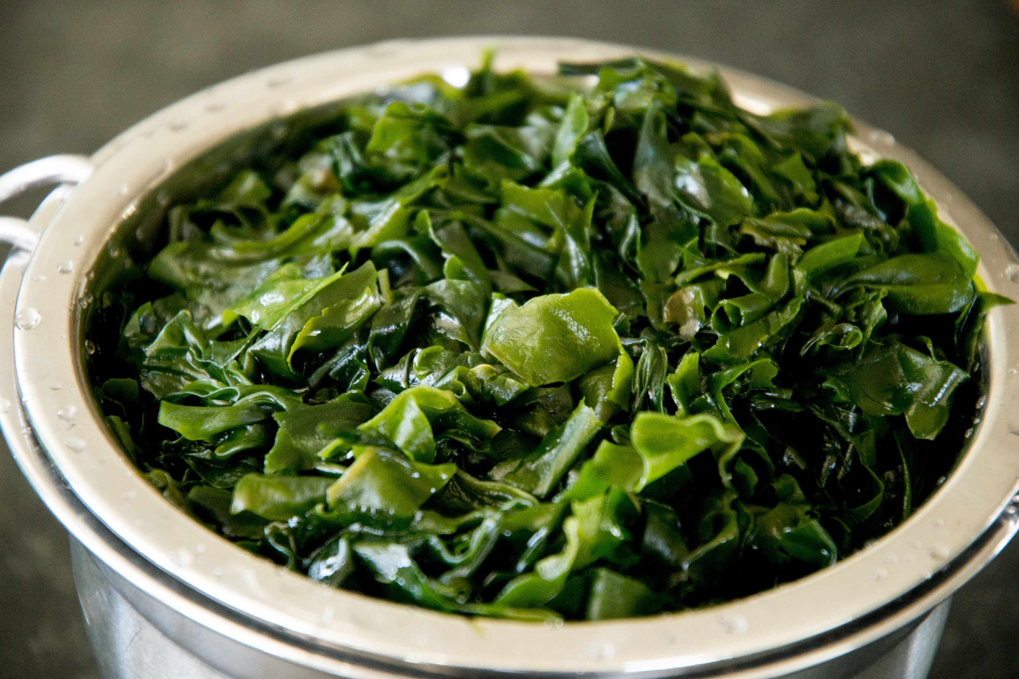 Low-Carb Seaweed Salad Recipe-draining the seaweed.